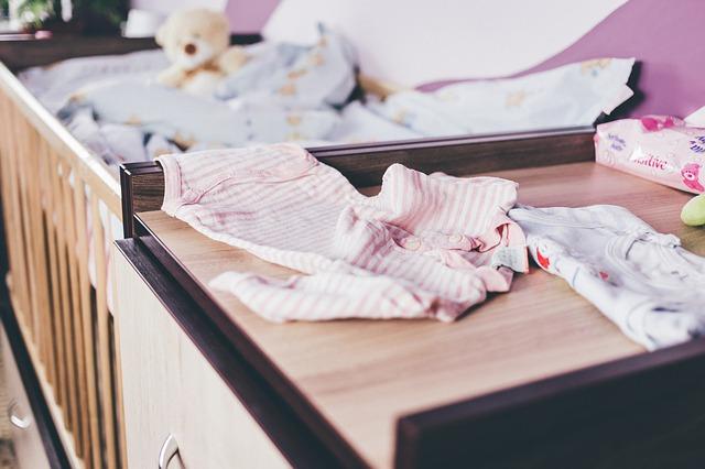 wickeltisch mit babybkleidung