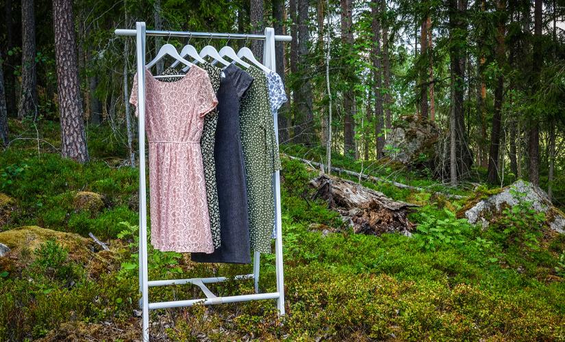 Nachhaltige Kleidung im Wald